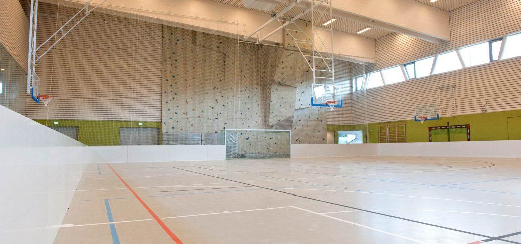 Sporthalle mit Basketballkorb und Kletterwand